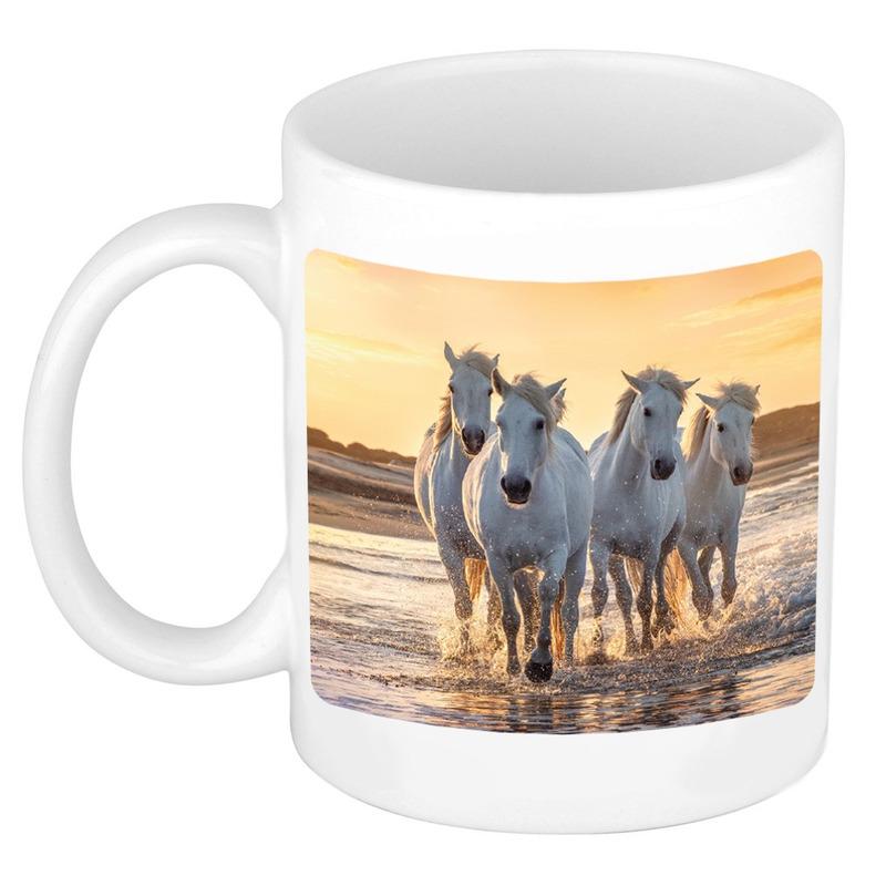 Dravende witte paarden op strand mok-beker wit 300 ml